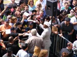 Samuel L Jackson signing autographs 3